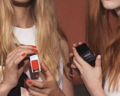Стиль до кончиков пальцев: Виктория Бекхэм создает лаки для ногтей-430x480