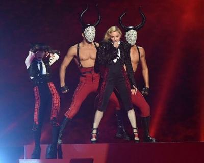 Звездопад: Мадонну подвел плащ от Giorgio Armani-430x480