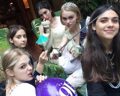 Лили-Роуз Депп отметила свой 16-й день рождения-430x480