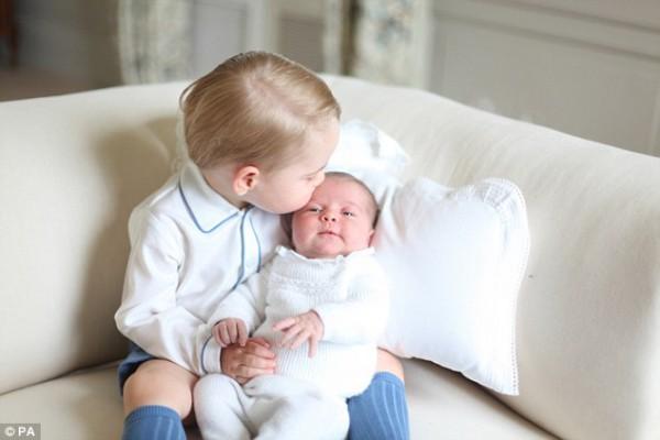 Принц Джордж и принцесса Шарлотта - фото