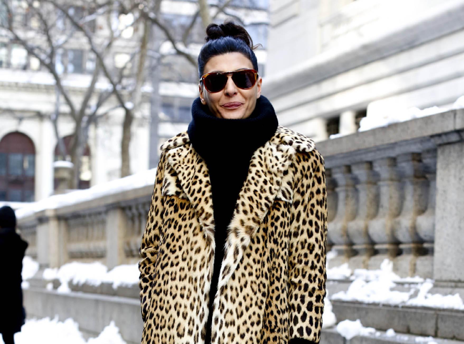 Street style тренд: леопардовые меховые пальто-320x180
