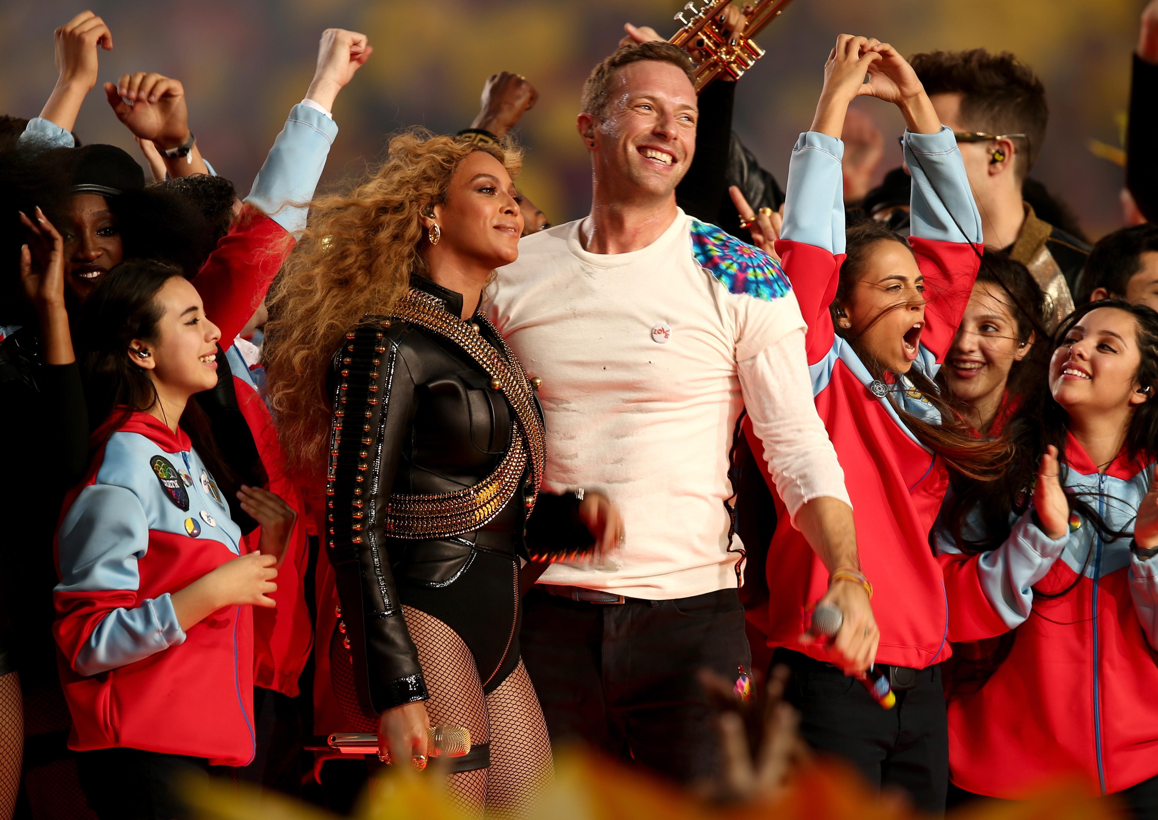 ВИДЕО: Coldplay, Бейонс и Бруно Марс на сцене Super Bowl — 2016-320x180