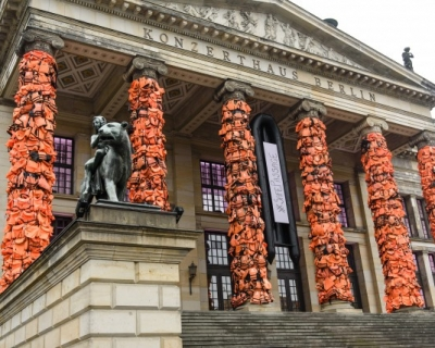 Ай Вэйвэй украсил Концертный зал Берлина спасательными жилетами беженцев-430x480