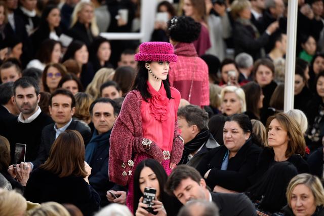 Неделя моды в Париже: показ Chanel fw '16-320x180