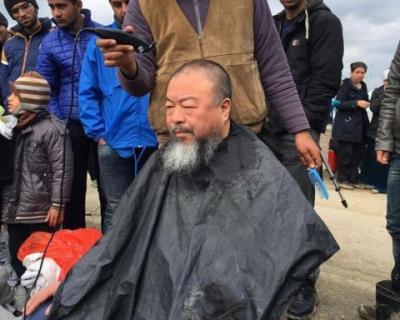 Новая акция: Ай Вэйвэй подстригся в лагере беженцев-430x480