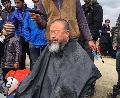 Новая акция: Ай Вэйвэй подстригся в лагере беженцев-320x180