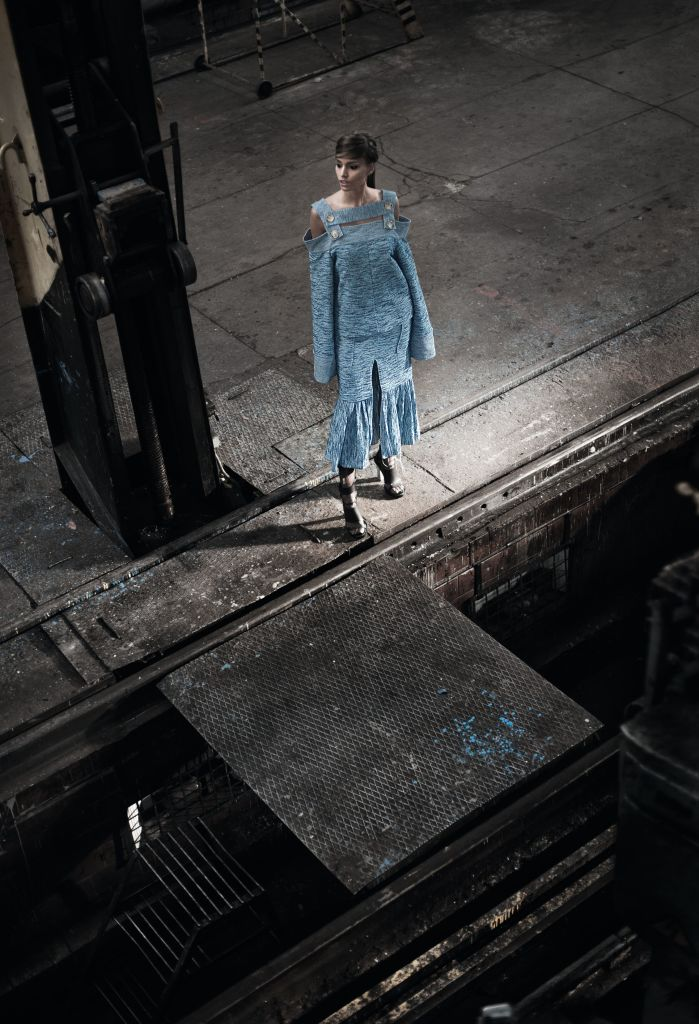 Топ, юбка, все – FLOW THE LABEL; босоножки, ELENA BURENINA