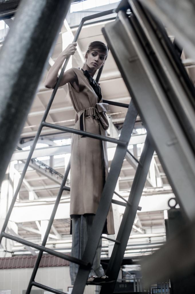 Жилет, брюки, туфли, все – LITKOVSKAYA; ожерелье, MASHA KALASHNIKOVA