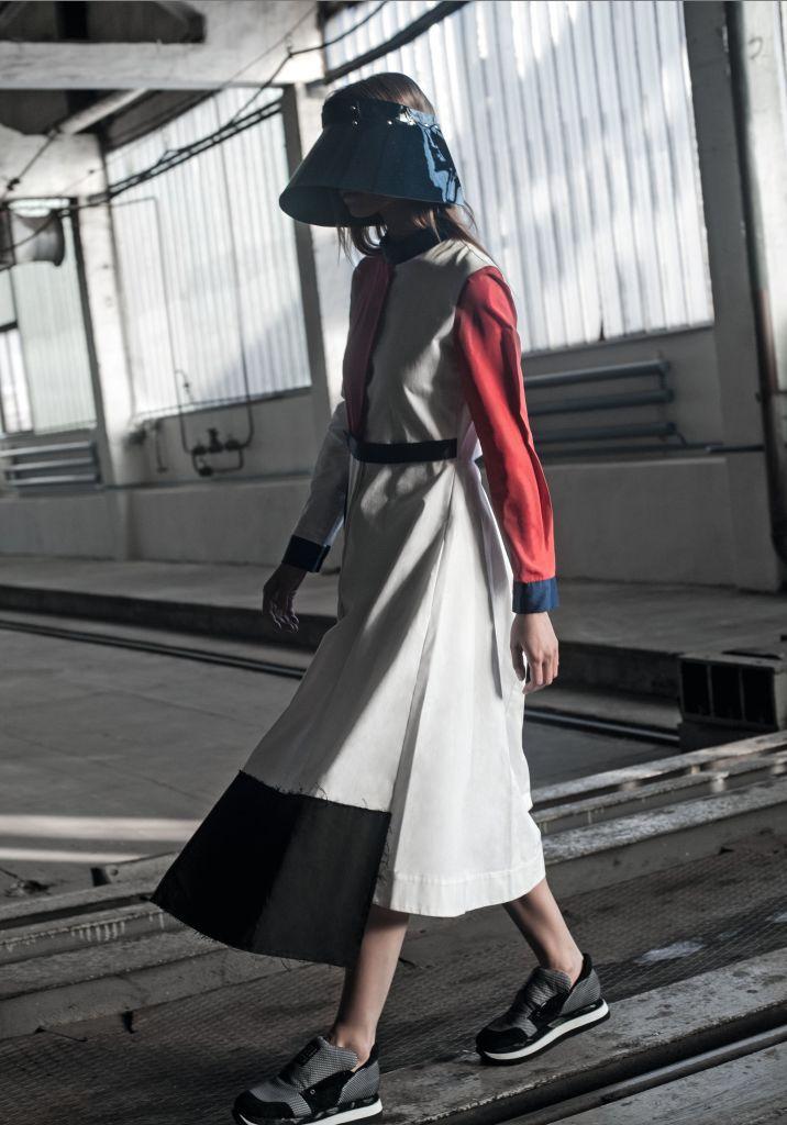 Платье, ANTON BELINSKIY; кепка, THEO; кроссовки, ALI SAULIDI