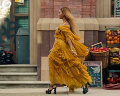 Платье Roberto Cavalli и топ Yeezy: лучшие образы Бейонсе из ее нового альбома-430x480
