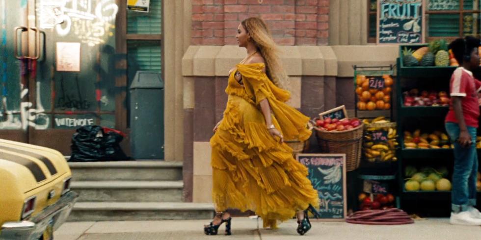Платье Roberto Cavalli и топ Yeezy: лучшие образы Бейонсе из ее нового альбома-320x180