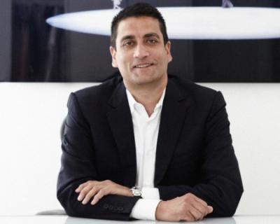 Джонатан Акеройд — новый генеральный директор Versace-430x480