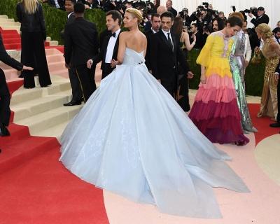 Лучший образ Met Gala: платье Клэр Дэйнс светится в темноте-430x480