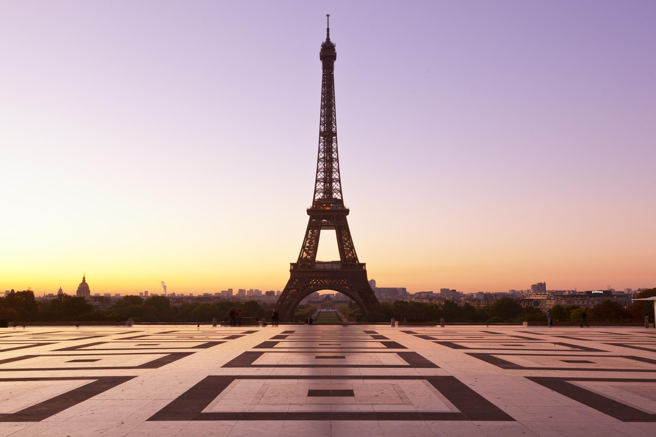 «Мы продолжаем жить»: как в Париже спасают туристический сезон-320x180