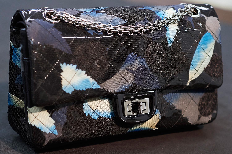 Chanel представил новый дизайн своих культовых сумок-320x180
