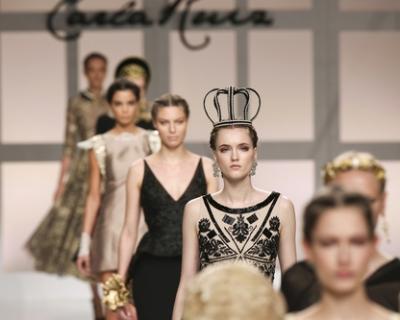Полный декаданс: черные свадебные платья с Недели моды в Барселоне-430x480