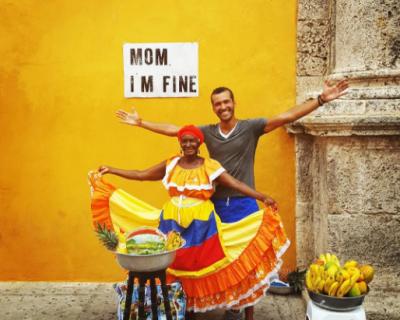 С заботой о маме: бельгиец путешествует по миру с плакатом Mom i'm fine-430x480
