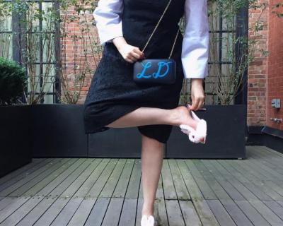 Лина Данэм в смешной обуви на красной дорожке CFDA Awards-430x480