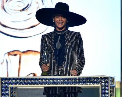 Образ дня: Бейонсе в костюме Givenchy получила награду «Икона стиля»-430x480
