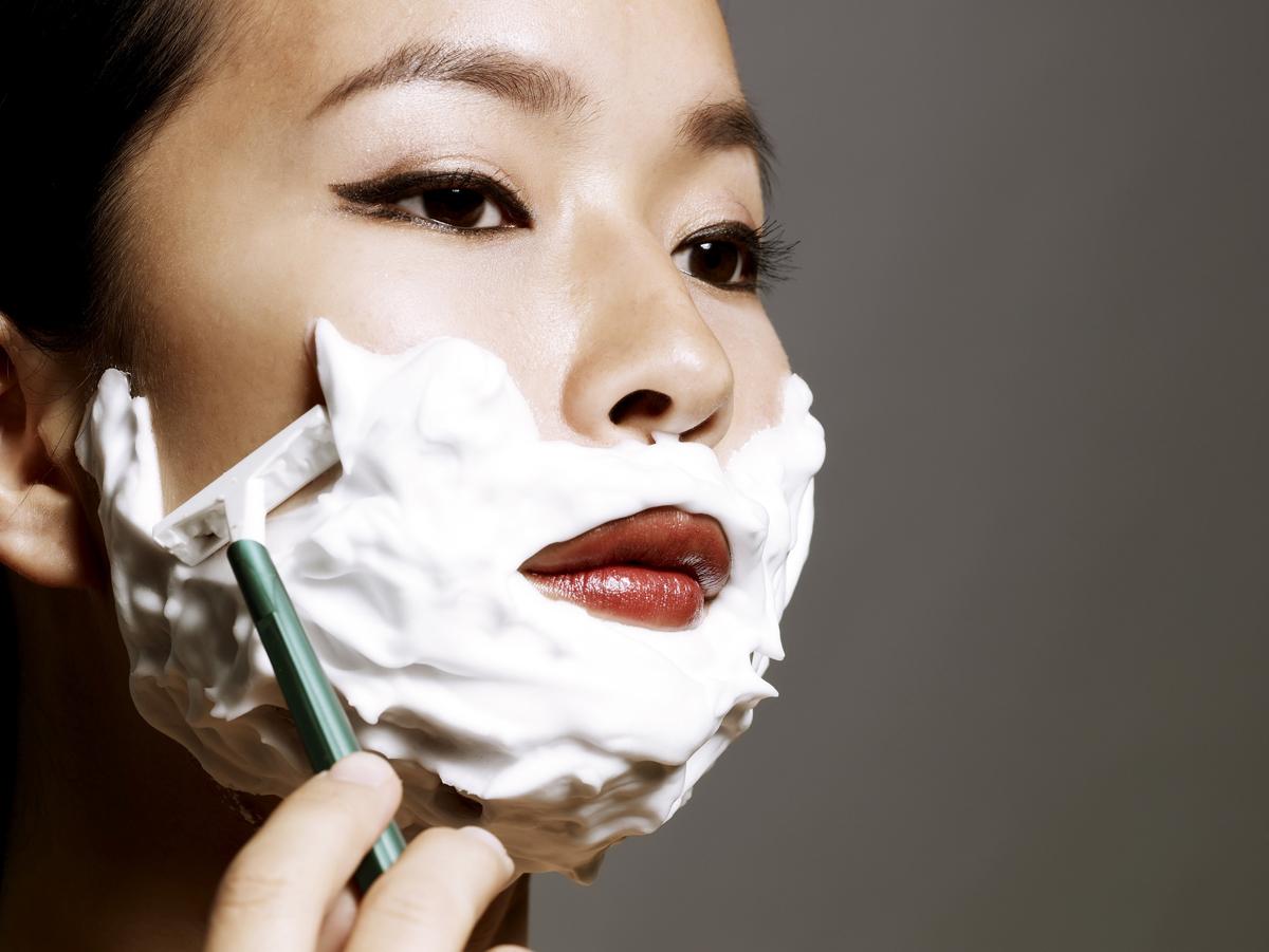 Нужно ли девушкам брить лицо: за и против-320x180