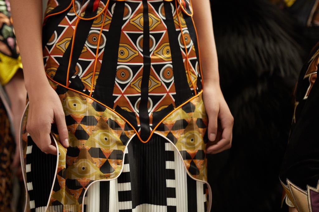 Кампейн Givenchy переносит подиум в реальность-320x180