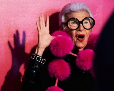 94-летняя Айрис Апфель стала героем новых emoji-смайлов-430x480