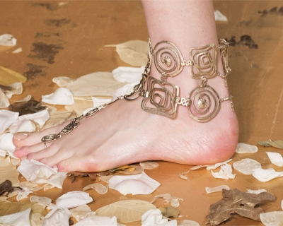 Тренд сезона: браслет на ногу-430x480