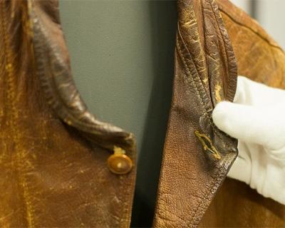 Levi's купили кожаную куртку Альберта Эйнштейна за $ 147 тыс.-430x480