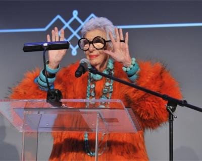 94-летняя Айрис Апфель обзавелась коллекцией собственных Emoji-430x480