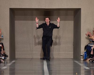 Показ Christopher Kane SS'17 на Лондонской Hеделе моды-430x480
