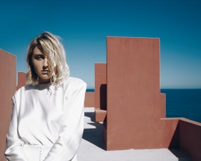 Певица LAYAH представила новый клип на песню «Невесомыми»-430x480