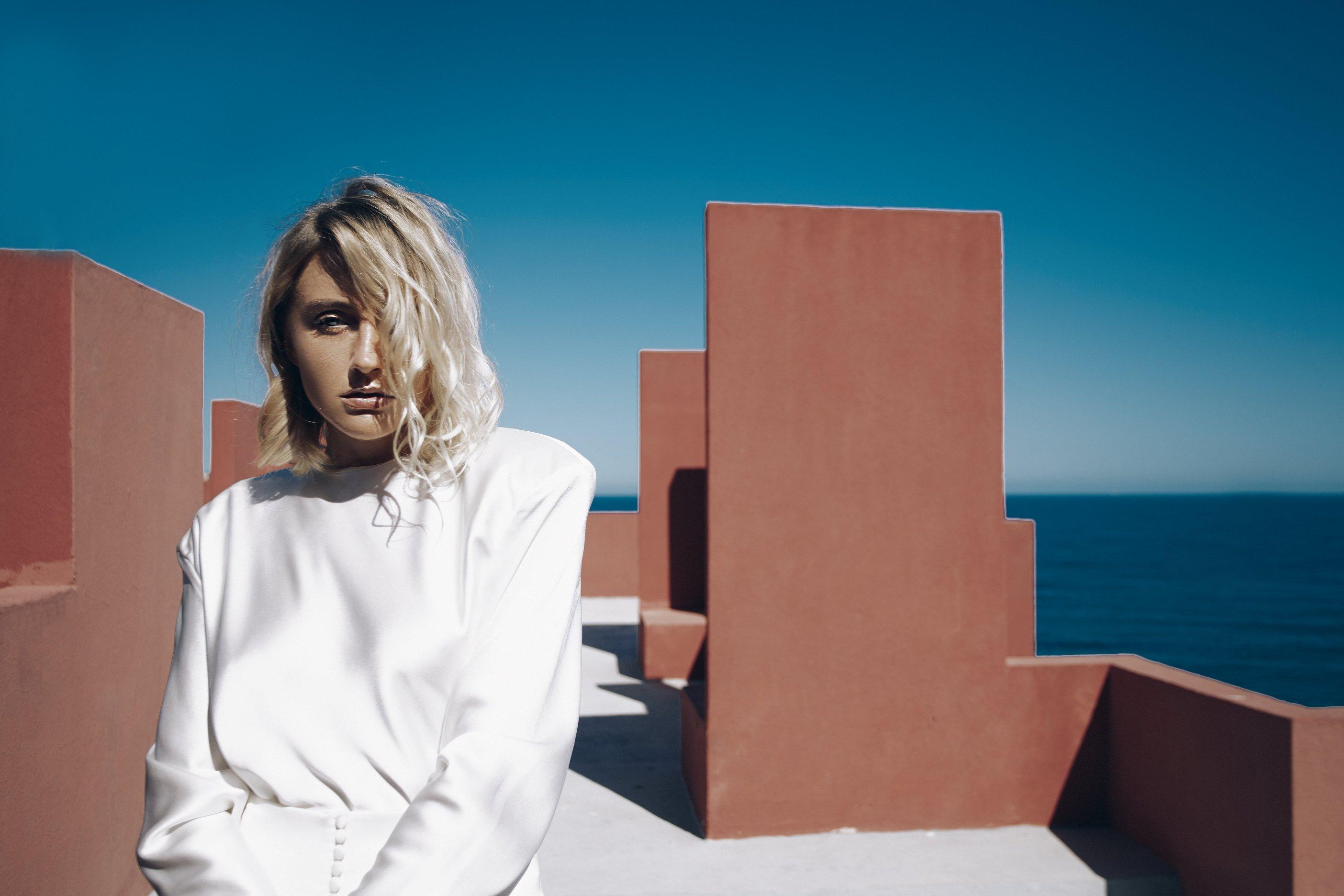 Певица LAYAH представила новый клип на песню «Невесомыми»-320x180