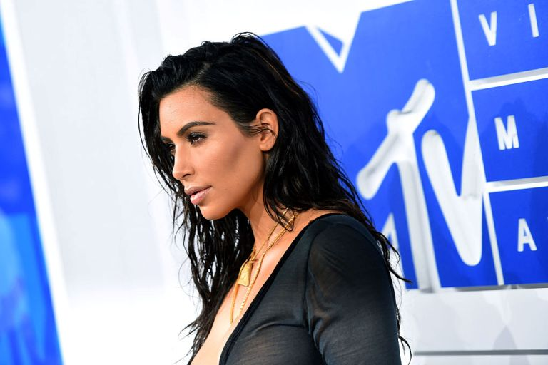 Ким Кардашьян вернулась в США после ограбления в Париже-320x180