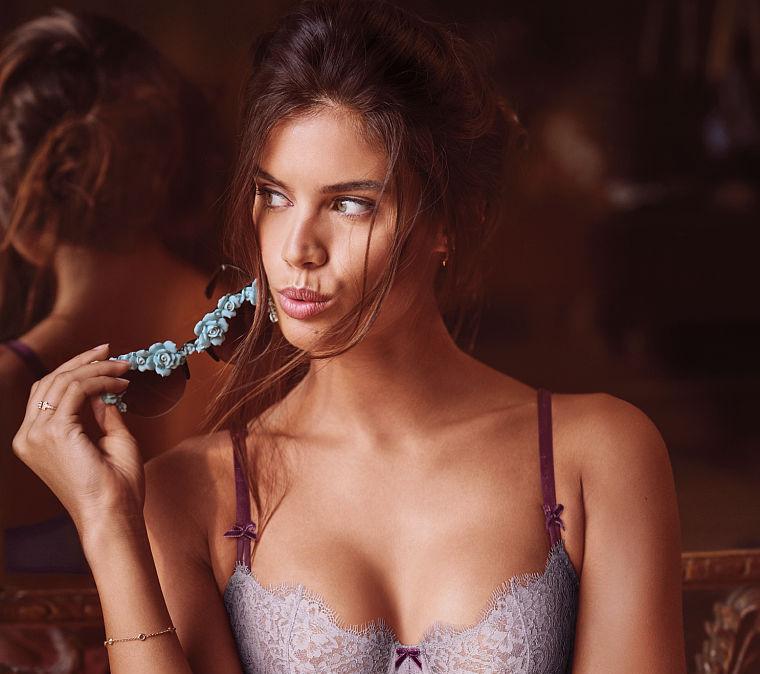 Victoria's Secret сняли мини-фильм, посвященный новой праздничной коллекции-320x180