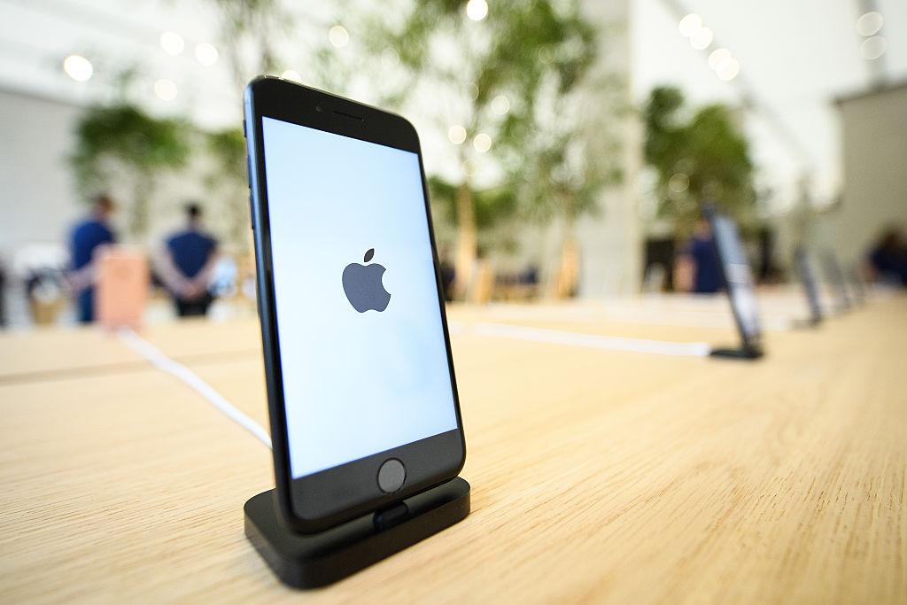 Свершилось: новое стекло для iPhone защищает гаджет даже от ударов молотком-320x180