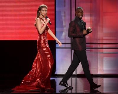 6 нарядов Джиджи Хадид на American Music Awards 2016-430x480