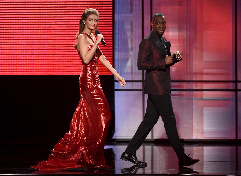 6 нарядов Джиджи Хадид на American Music Awards 2016-320x180