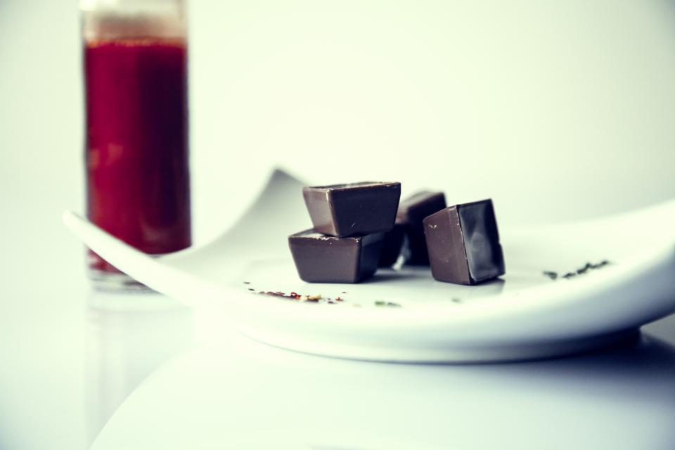 Сладкое лекарство: как ученые планируют бороться с менструальными болями с помощью шоколада-320x180