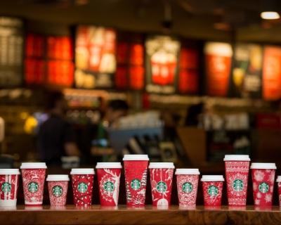 Знай наших: украинка разработала дизайн для новогодних чашек Starbucks-430x480