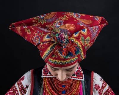 Проект «Щирі»: 16 звезд в украинских традиционных костюмах-430x480