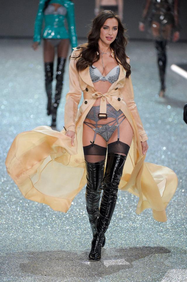 Ирина Шейк на Victoria's Secret Fashion Show 2016 - фото