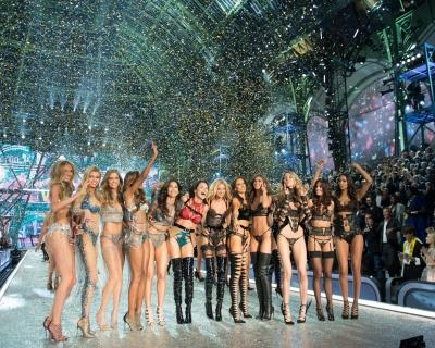 Город ангелов: показ Victoria's Secret в Париже-430x480