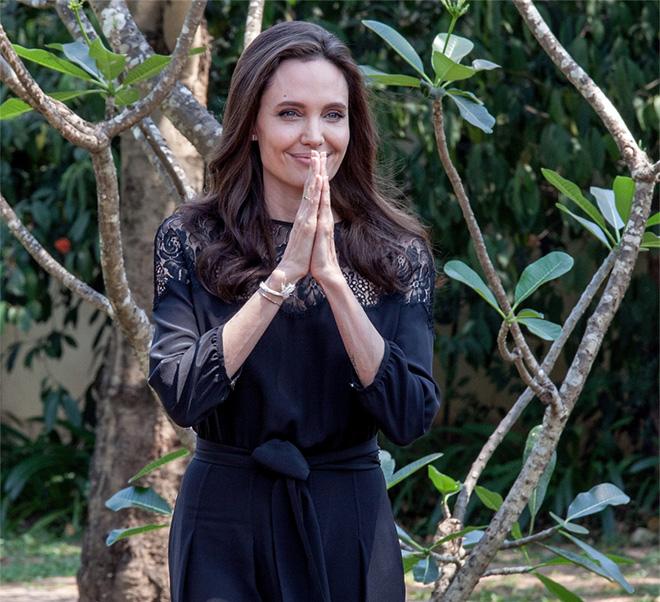 Анджелина Джоли впервые прокомментировала развод с Брэдом Питтом-320x180
