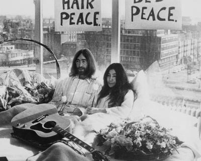 Об отношениях Джона Леннона и Йоко Оно снимут фильм-430x480