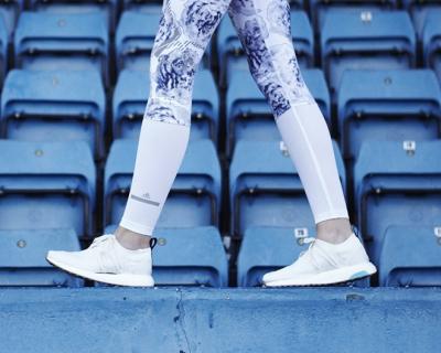 Стелла Маккартни и Adidas выпустили кроссовки из океанического пластика-430x480