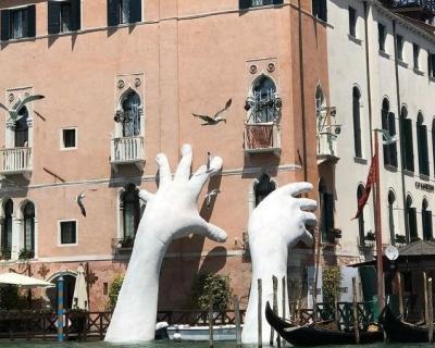В Венеции появилась скульптура в виде огромных рук, поддерживающих здание-430x480