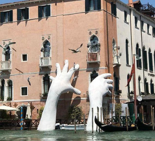 В Венеции появилась скульптура в виде огромных рук, поддерживающих здание-320x180