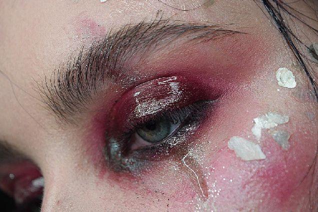 Новый Instagram-тренд: ненастоящие слезы-320x180