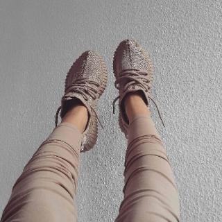 Канье Уэст и adidas снова выпустят легендарную пару кроссовок