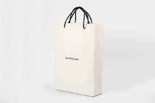 Balenciaga выпустили сумку-пакет за $ 1100